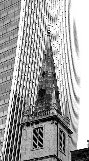 St Margaret Patterns Chruch overshadowed by Rafael Viñoly's 20 Fenchurch Street