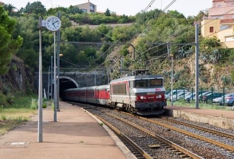 SNCF 107292 passing through Collioure