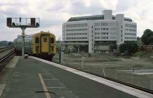 4CIG 7381 arrives at Reading in 1975 with the Metal Box Building nearing completion as a backdrop.